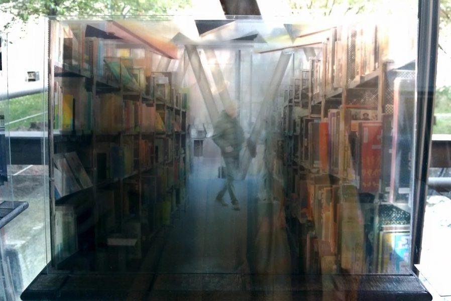Traverses - Rez-de-chaussée, 2017, 5 tirages sur film transparent, verre, bois, 22 x 33 x 22 cm, ©Isabelle Millet